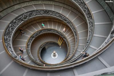 [7] 미술관 구성  바티칸미술관은 단순히 본관이나 별관 수준이 아닌  25개의 박물관과 미술관, 기념관으로 구성되어 있으며  따라서 미술관의 명칭에서도 단수 명사인 Museo가 아니라  복수 명사인 Musei를 써서 Musei Vaticani라고 표기하고 있다.