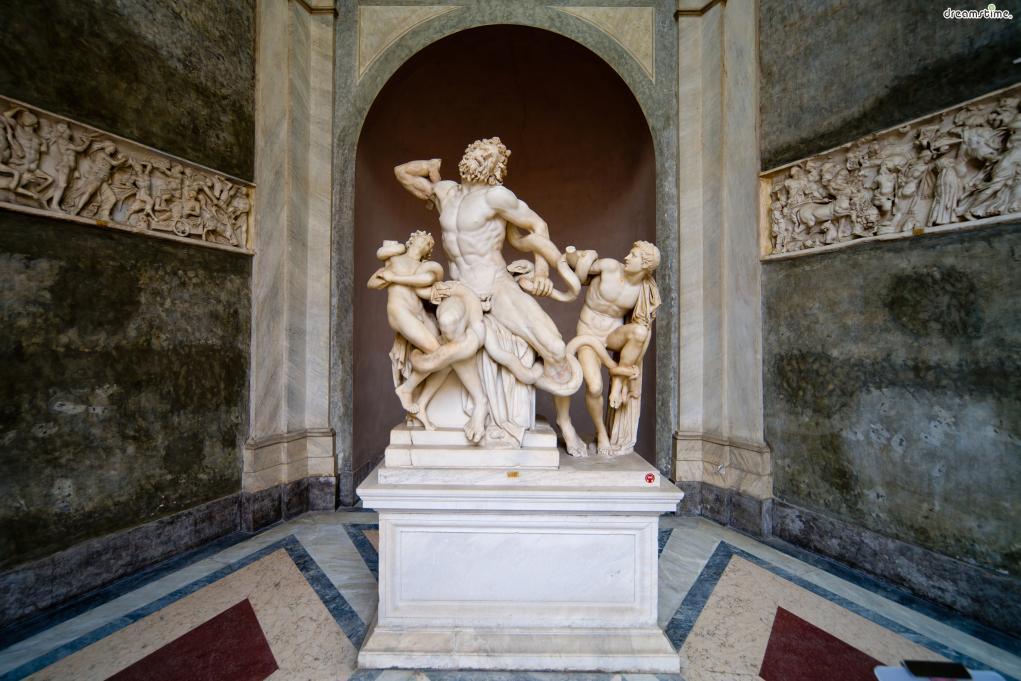 본격적인 바티칸미술관의 시작은 1506년으로 알려져 있다.  1506년 1월 로마의 산타마리아 마조레 대성전 인근 포도밭에서  위 사진 속에 있는 《라오콘》 조각상이 발견됐는데,  당시 교황이던 율리오 2세가 미켈란젤로를 보내 《라오콘》을 구입했고,  바티칸궁의 벨베데레 정원에 이를 설치해 대중에게 공개함으로써  바티칸미술관의 시초를 마련했다.