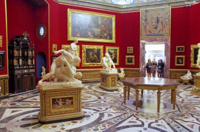 르네상스 시기의 군주들과 귀족들은 진귀한 보물이나 예술품을 수집하거나  예술가들을 후원하는 것에 힘을 썼는데, 이러한 것들이 그들에게는  자신의 부와 권력을 과시할 수 있는 수단이 되었기 때문이다.  당시 최고의 권력을 쥐고 있던 메디치가에 진귀한 소장품이 많은 것은 당연한 일이었다.