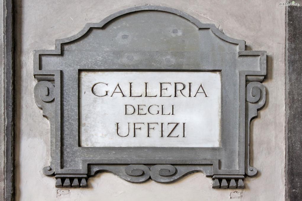 [3] 간단한 역사  처음부터 이곳이 미술관은 아니었다.  우피치(Uffizi)란 이탈리아어로 '사무실'을 가리키는 말로,  초대 토스카나 대공이 된 메디치가의 코시모 1세가 1584년 설립했으며,  토스카나대공국의 여러 행정기관들을 모아놓은 종합청사 개념의 건물로 기획되었다.