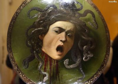 [10] 대표 소장품3  1598년 나무 방패로 제작된 카라바조의 《메두사의 머리》 또한  우피치미술관에서 놓쳐서는 안될 명작 중 하나이다.  메디치가의 로마 대리인이었던 프란체스코 마리아 델 몬테 추기경이 주문한 작품으로,  이 메두사의 얼굴은 카라바조 본인의 얼굴로 알려져 있는데  삶과죽음이 교차하는 그 찰나의 순간을생생하고 독특하게 표현해냈다.