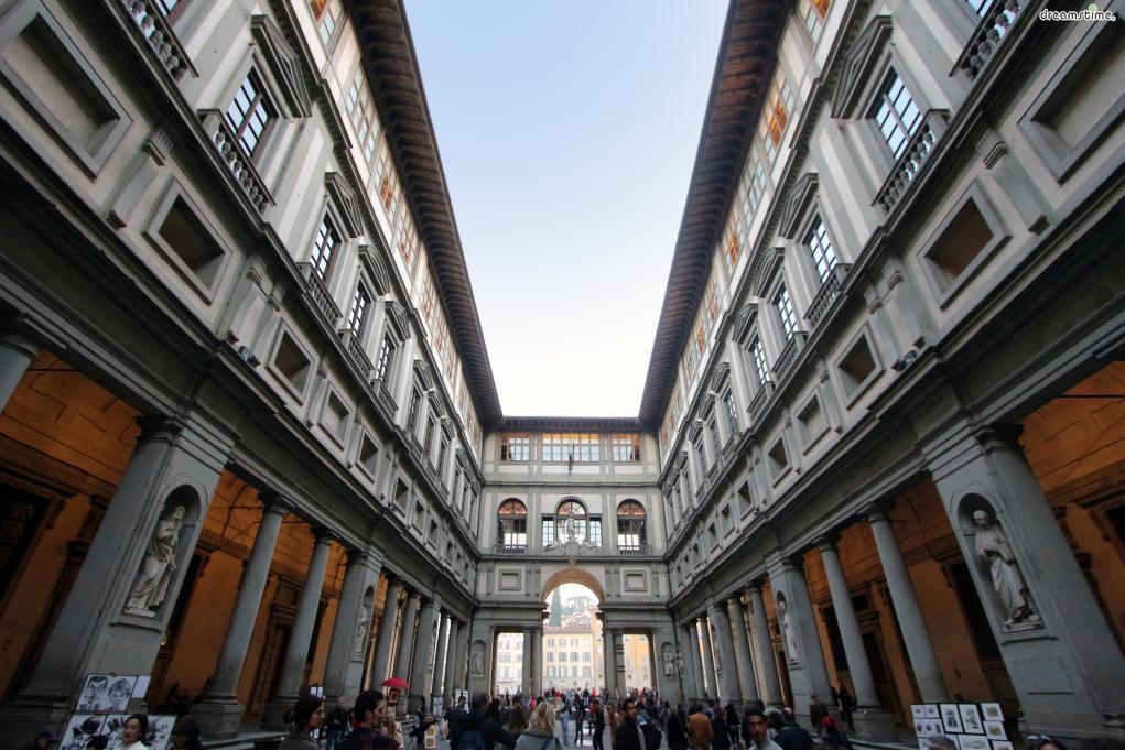 [1] 수식어  유럽에서 가장 오래된 미술관이자 피렌체의 보물창고라 불리는 미술관,  세계 최고의 르네상스 회화 컬렉션을 보유한 미술관,  이탈리아의 대표 명문가 메디치 가문의 소장품들을 만나볼 수 있는 미술관,  바로 이탈리아 피렌체에 위치한 우피치미술관이다.