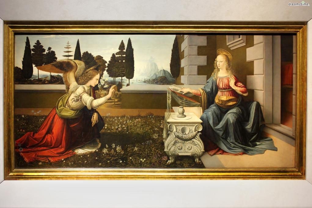 [9] 대표 소장품2  레오나르도 다 빈치의 《수태고지》도 우피치미술관에서 만나볼 수 있다.  수태고지(受胎告知)란, 성모 마리아에게 천사가 찾아와 예수 그리스도를 잉태할 것이라는  소식을 전한 사건을 가리키는 말로, 기독교 미술의 핵심 주제로서  수많은 작가들에 의해 그려졌다.다 빈치의 《수태고지》는 그의 초기작이자  옷의 주름이나 배경 구성, 여러 세부 묘사 등에 있어 그만의 개성이 도드라져 그 가치가 높다.