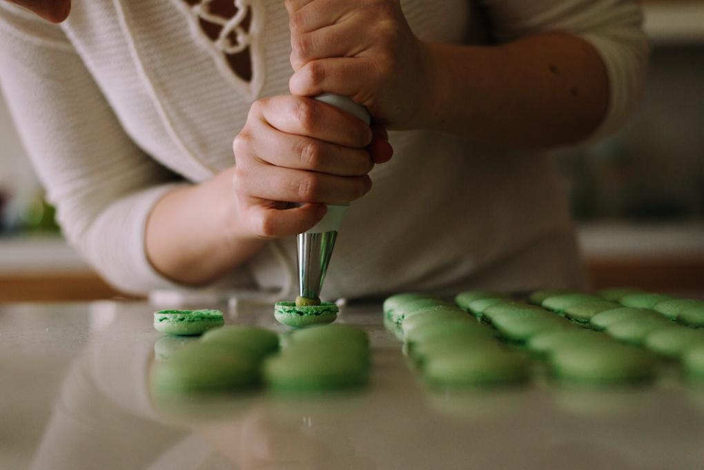 두 개의 꼬끄 사이에 적당량의 필링을 넣어주면 마카롱이 완성된다.  (사진 출처 unsplash)