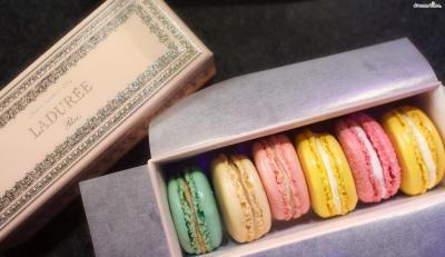 먼저 오늘날의 마카롱을 최초로 고안한 150년 역사의 라뒤레(Ladurée). 필링의 쫀득한 식감이 훌륭하며, 전반적인 맛은 피에르 에르메에 비해 깔끔한 편.  라뒤레 본점은 프랑스 파리 샹젤리제 거리에 있다.