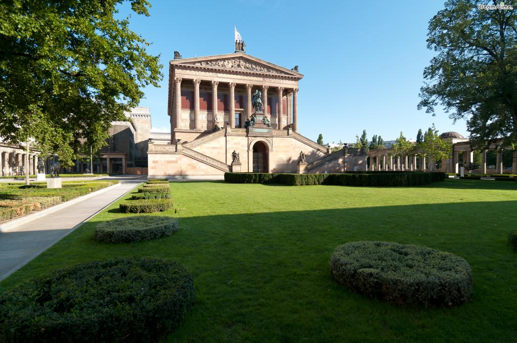[2] 간단한 역사  맨 처음 이 미술관의 건립을 구상한 이는 프로이센의 왕 빌헬름 4세였다.  프랑스(루브르미술관)와 영국(내셔널갤러리)을따라  독일 또한 국가의 이름을 내건 미술관을 만들고자 한 것이다.  이는 단순한 미술관의 건립이 아닌, 국가의 위상을 높이기 위함이었다.