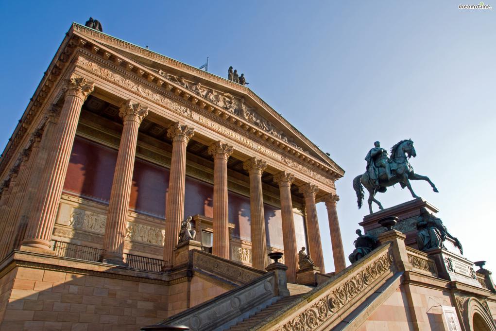 1871년, 아직 미술관이 지어지고 있던 중  프로이센이 오스트리아를 제외한 소수 국가들을 통일, 독일제국을 건립한다.  프로이센은 새로운 국가를 위한 새로운 예술의 장을 만들어  민족들의 정서를 한데 모으고자 했고 그 통로를 이곳 미술관으로 삼았다.