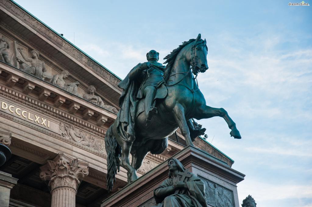 [3] 상징물  미술관 앞에 늠름하게 자리한 빌헬름 4세의 청동상은  여러 미술관들이 몰려있는 박물관섬에서  구국립미술관을 구별해낼 수 있는 대표적인 상징물이다.
