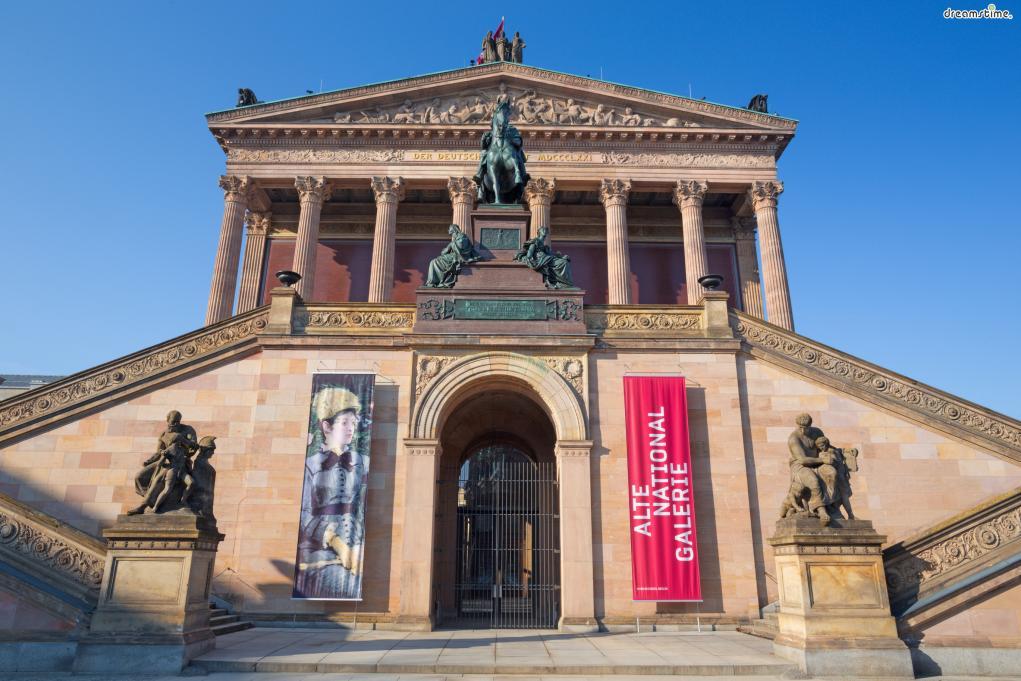 [1] 수식어  독일 미술의 정수를 맛 볼 수 있는 미술관,  우리에게 친근한 19-20세기 유럽 인상주의 작품들을 소장한 미술관,  박물관섬의 미술관들 중에서 관람객들에게 가장 친숙하게 다가오는 미술관,  바로 베를린 구국립미술관이다.