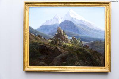 [8] 대표 소장품1  독일 낭만주의 미술의 대표 작가로 불리는 카스파르프리드리히는  조국인 독일의 광활한 자연 풍경에 심오한 감정과 의미들을 녹여낸 작품들로  히틀러도 소장 욕심을 냈을 만큼 19세기 가장 뛰어난 화가 중 한 사람으로 평가된다.  구국립미술관에서는 개인 컬렉션으로 꾸며진 방이 있을 만큼 중요하게 다뤄지는데,  《바츠만》(사진)을 비롯해 《바닷가의 승려》 등 그의 걸작들을 다수 만나볼 수 있다.