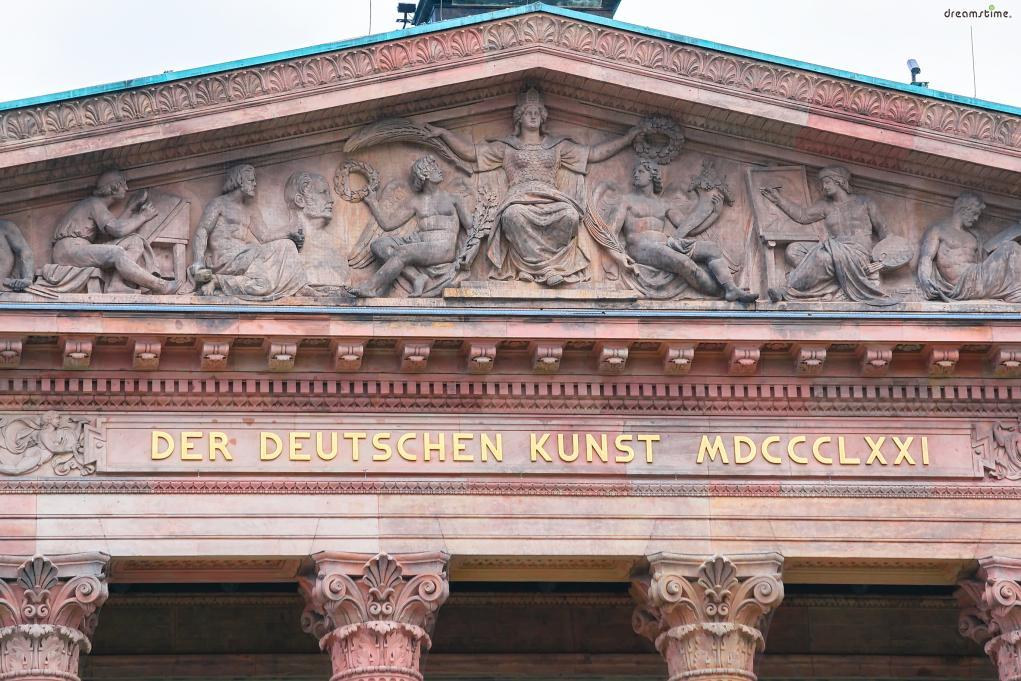 구국립미술관에서 눈여겨보아야 할 것이  바로 기둥 위에 금박으로 새겨진 이문구다.  'DER DEUTSCHEN KUNST'는 독일어로 '독일 미술에 바친다'는 뜻이며  'MDCCCLXXI'는 라틴어로 '1871'을 뜻한다.