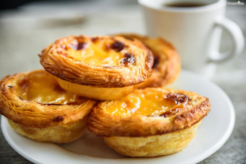 에그타르트는 크게 포르투갈식과 홍콩식 두 종류로 나뉜다. 반죽 종류부터 커스터드 크림을 만드는 방법, 굽는 방식까지 약간의 차이를 보인다.