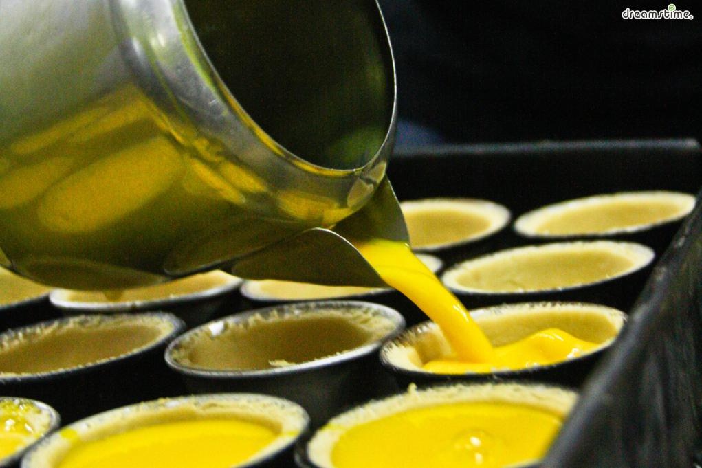 커스터드 크림을 만들기 위해서는 먼저 우유와 생크림을 끓인다. 여기에 달걀 노른자를 넣는데, 이때 노른자가 익지 않도록 계속 휘저어야 한다. 잘 섞은 크림에 밀가루와 바닐라 에센스를 넣은 뒤, 반죽에 붓는다.
