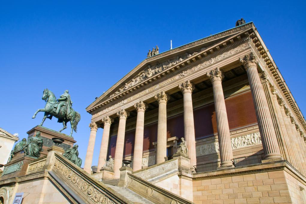 그리스 신전을 닮은 외관도 구국립미술관의 중요한 상징 중 하나이다.  이는 미술관에 대한 19세기 사람들의 인식에서 비롯된 것인데,  19세기 유럽 곳곳에서 미술관이 생겨나기 시작할 때  사람들은 미술관을 '미술의 신전'이라고 불렀다.