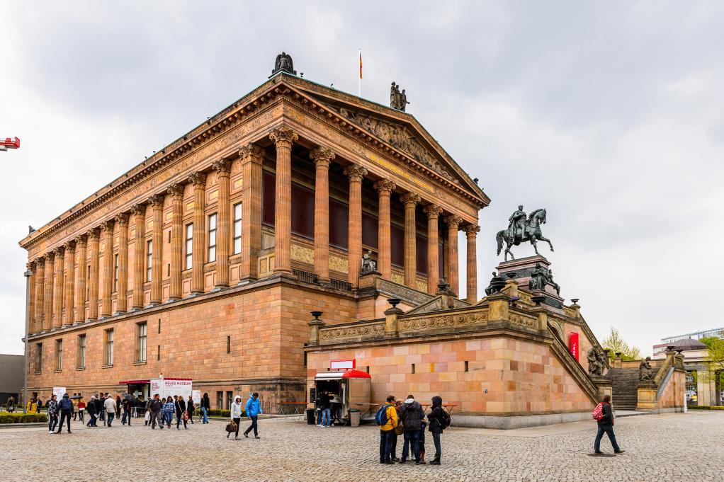 미술은 고귀한 것이기 때문에 미술 작품들을 보관하는 곳은  신전만큼이나 고귀하고 성스러운 곳이라 여겼던 것이다.  독일의 구국립미술관, 영국의 내셔널갤러리 등 세계 여러 미술관이  그리스 신전을 본따 지어진 이유가 바로 이것이다.