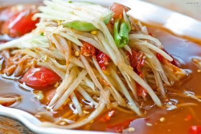 태국 북동부 지역의 전통음식이었지만 오늘날 대중적인 음식으로 발전했다. 우리나라 김치처럼 기름지거나 느끼한 음식을 먹을 때 필수 반찬이며,  맵기를 조절해 순한 맛부터 아주 매운 맛까지 즐길 수 있다.