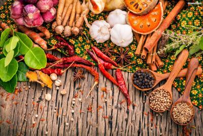 [태국 음식 파헤치기] Point 3. 태국 요리의 백미는 향신료와 소스 태국 음식에 특별함을 더해주는 비결은 바로 향신료와 소스에 있다. 호불호가 갈리는 맛이지만 향이 약한 음식부터 접하면 금방 적응할 수 있다.