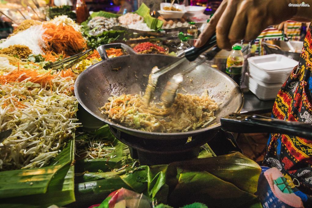 [대표음식①] 팟타이(Phat Thai) 태국식 볶음 쌀국수인 팟타이는 가장 대중적인 태국 음식이다. 숙주, 두부, 달걀, 땅콩 등을 국수와 함께 센 불에 재빨리 볶는 게 특징이다.