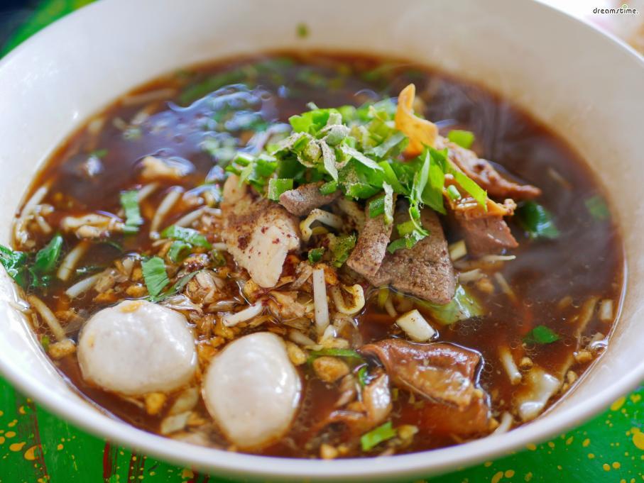 [대표음식④] 꾸웨이띠오우(Guay Tiao) 돼지고기, 어묵 등을 넣고 끓인 태국식 쌀국수. 베트남 쌀국수에 비해 더 담백하고, 특유의 향신료 맛이 강하게 난다.