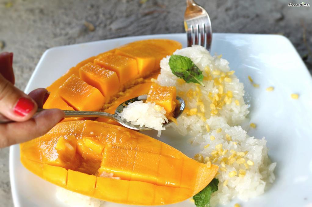 태국 길거리나 야시장, 카페에서 흔히 볼 수 있는 디저트로,  찐 찹쌀밥에 따뜻하게데운코코넛 밀크를 부어 망고와 함께 떠먹는다.