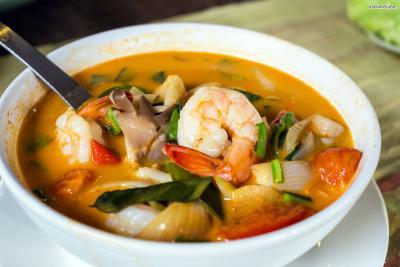 태국어로 얌(yam)은 '새콤한 맛'을 뜻한다. 똠얌꿍을 처음 맛보는 이들은 이 시큼한 맛을 무척 낯설게 느끼지만, 중독성이 강해 외국인들이 가장 좋아하는 태국 음식으로 선정되기도 했다.