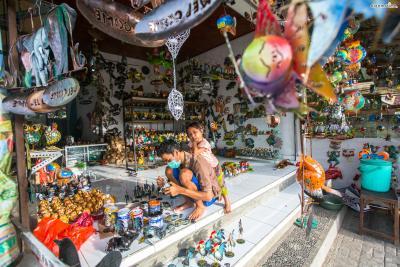 우붓은 발리의 예술과 문화 중심지로도 유명한데, 국내외 많은 화가가 우붓에 거주하면서 예술 활동을 펼치고 있어 힌두교 신화나 로컬들의 일상을 담은 독특한 발리 회화를 엿볼 수 있다.
