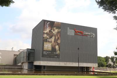 [1] 수식어  올림픽공원 속 자리한 미술관,  세계5대조각공원을 품어경치 좋은 미술관,  교통편이 편리해가족 나들이 장소로도  많은 사랑을 받는 소마미술관이다.