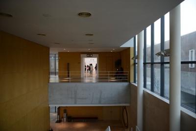 [7] 미술관 구성  노출 콘크리트와 목재 마감재로 만들어진  소마미술관은 크게 두 건물로나뉜다. 1관은 지상 1,2층으로 이루어져 있으며  2관은 지하 1층 규모로 두 건물이 긴밀하게 이어진다. 전시실은 1관에 6곳, 2관에 4곳이 존재한다.