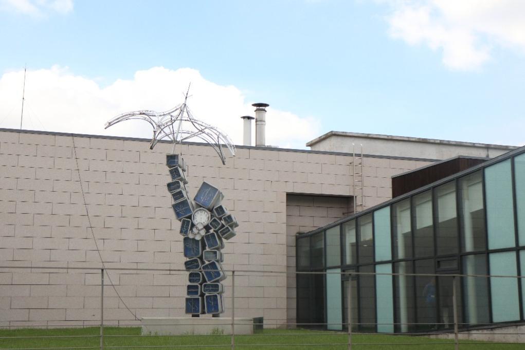 [3] 상징물  미술관 중심부에 위치하고 있는 백남준의 《쿠베르탱》(2004)은  20점이훌쩍 넘는 주변조각 작품들 중에서도 가장 눈에 띄는 작품이다.  소마미술관 측에서 백남준에게 88올림픽을 기념한 작품을 의뢰했고,  이에 백남준은 근대 올림픽의 창시자인 피에르 쿠베르탱(Pierre de Coubertan)을  기리는 의미를 담아《쿠베르탱》이라는 작품을 만들었다고 한다.
