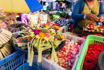 ▲코코넛 잎을 네모진 그릇 모양으로 접어 꽃으로 속을 채운 모습 현지인들 뿐만 아니라 관광객들도 작은 제물을 사서 신에게 바친다.