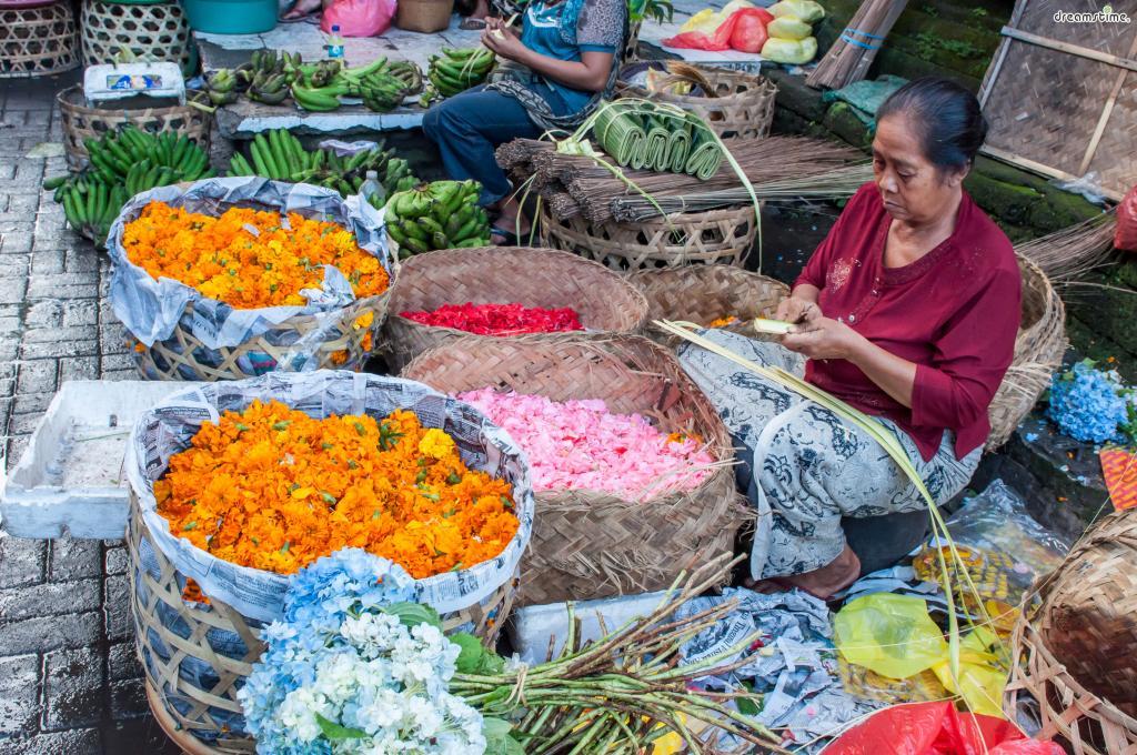 우붓 시장을 다니다 보면 바구니에 알록달록한꽃송이가수북히 담겨 있는 모습이나  머리에 꽃을 꽂고 다니는 사람들을 쉽게 볼 수 있는데,  그 이유가 바로 힌두교 의식과 연관돼 있는 것이다.