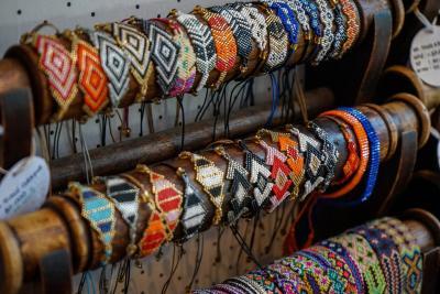 마켓 구경 포인트 ②|흥정에 자신 없다면 쇼핑 거리로!  우붓 시장을 지나면소박한 기념품 샵과 액세서리 가게,  옷 가게 등이 모여 있는 본격적인 쇼핑 거리가 시작된다.