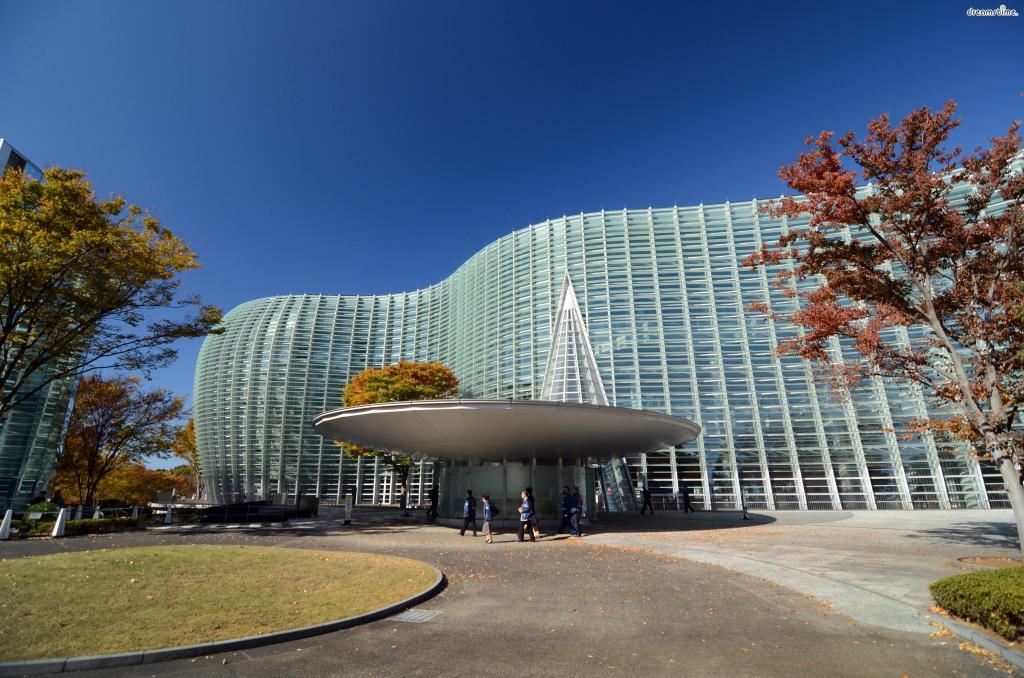 [1] 수식어  일본에서 가장 큰 미술관,  영화 <너의 이름은,>에 등장했던 물결 모양 미술관,  '숲속의 미술관'이라는 콘셉트로 지어진 미술관,  롯폰기 아트 트라이앵글에 포함되는 미술관,  바로 도쿄 국립신미술관이다.