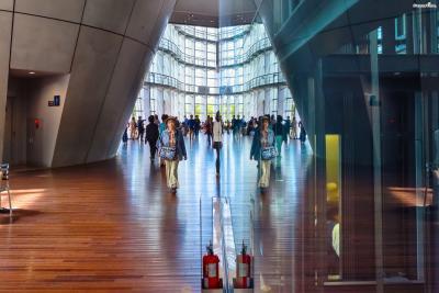 [2] 롯폰기 아트 트라이앵글?  도쿄 롯폰기 지역에 위치한 세 곳의 주요 미술관,  모리미술관, 국립신미술관, 산토리미술관을 통칭하는 말이다.  세 곳 중 한 곳의 미술관 티켓을 제시하면 다른 두 곳에서  입장료 할인 혜택을 받을 수 있다.