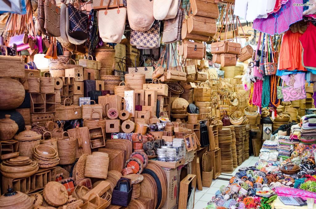 특히 라탄백이나 티크나무로 만든 제품들은 시장에서도 살 수 있지만  흥정을 제대로 못한다면 정찰제로 판매하는 상점 가격보다 비산 돈을 주게 될 수도 있다.  때문에 흥정에 자신이 없거나 보다 질 좋은 물건을 사고 싶다면 쇼핑 거리를 추천한다.