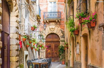 골목마다 숨어 있는 아기자기한 상점들과 식당들은 포지타노를 더욱 사랑스럽게 만드는요소 중 하나이다.  정처 없이 걷다 보면 생각지도 못한 풍경이 기다리고 있다.