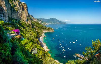 동쪽의 비에트리 술 마레(Vietri sul Mare)에서 시작해 로맨틱한 분위기의 도시 라벨로(Ravello)와 아말피(Amalfi)를 지나 서쪽의 포지타노(Positano)까지 구불구불한 절벽을 따라 뻗어 있는 ▲아말피 해안