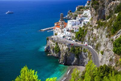 아름다운 지중해 연안을 감상할 수 있는 아말피해안 도로는 이탈리아 내에서도 최고의 드라이브 코스로 꼽힌다.